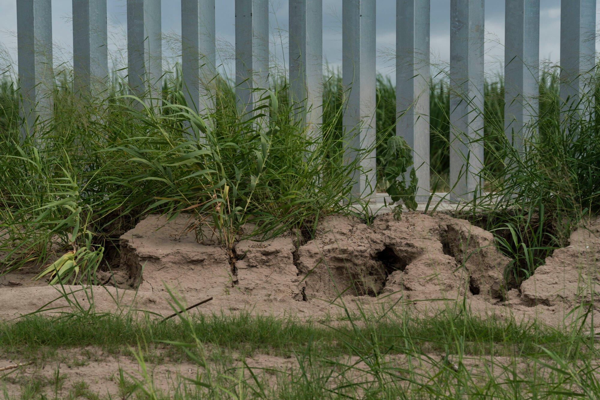 Construyó un muro en la frontera con fondos privados. Ahora está en riesgo de desplomarse si no lo reparan. 4